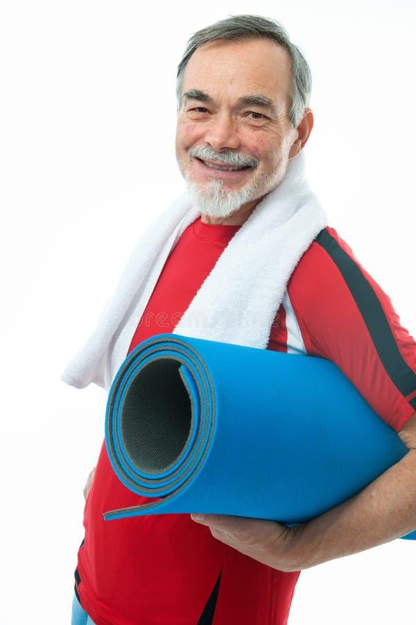 Homme aîné en gymnastique images stock