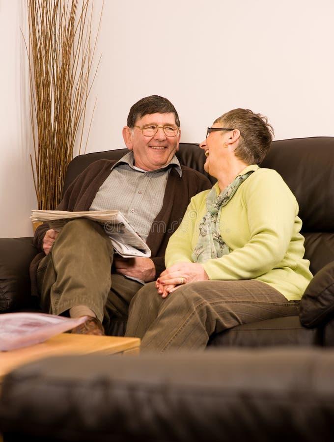Homme aîné et femme riant ensemble images libres de droits
