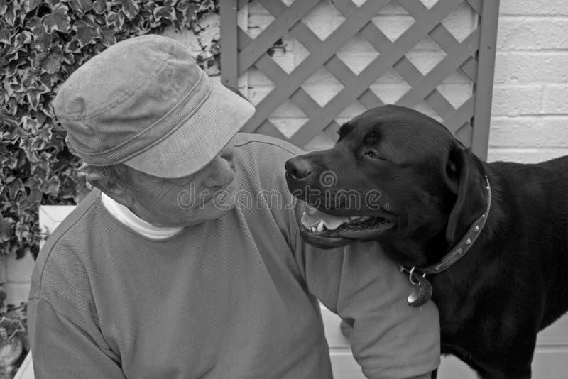 Homme aîné et son crabot photos stock