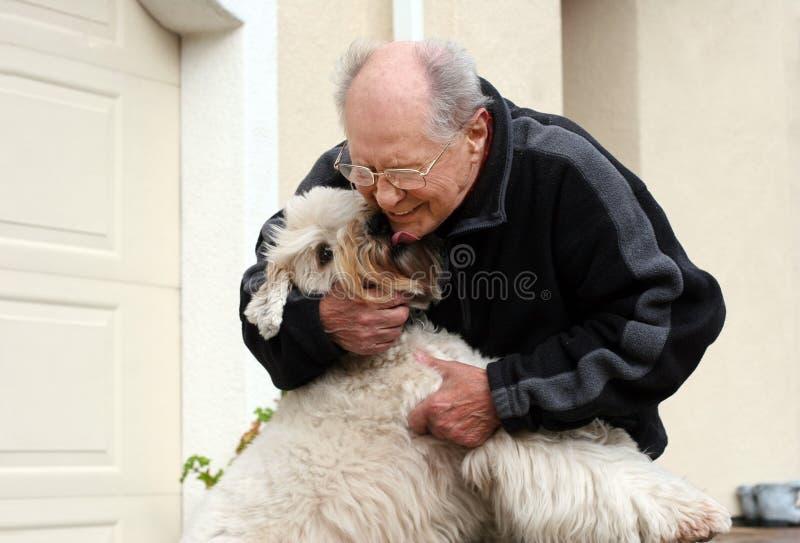 Homme aîné heureux et son crabot images libres de droits