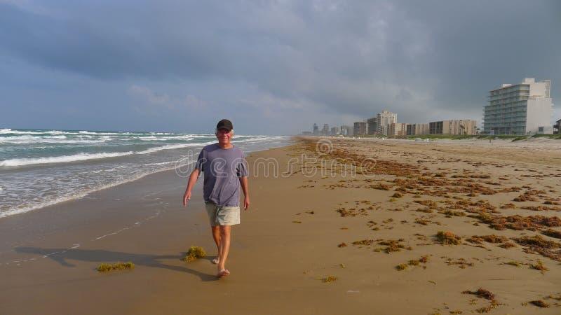 Homme aîné marchant sur la plage photo stock