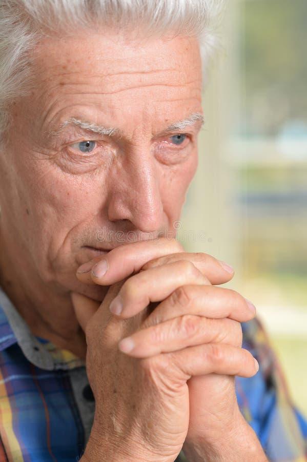 Homme aîné pensif photo libre de droits
