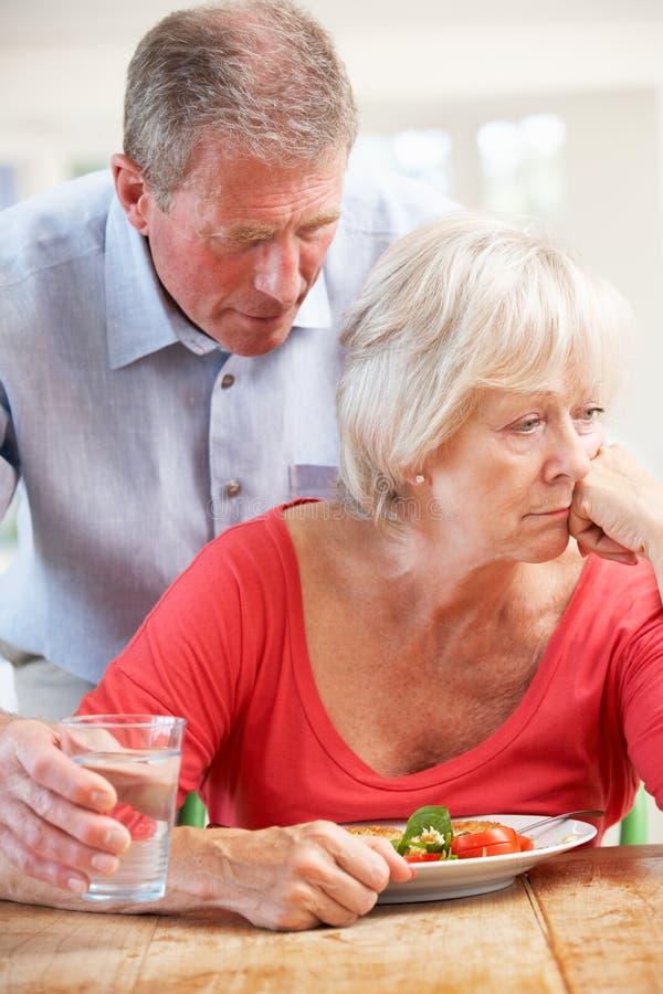 Homme aîné s'occupant de l'épouse malade photos stock