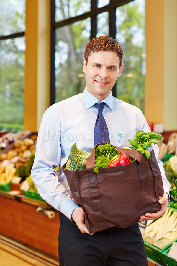 Homme achetant les légumes frais dans le supermarché images libres de droits