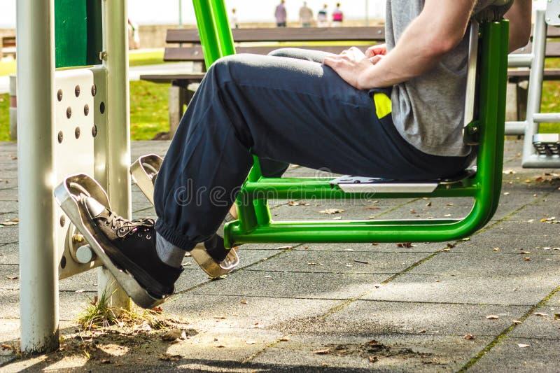 Homme actif s'exerçant sur la presse de jambe extérieure photos libres de droits