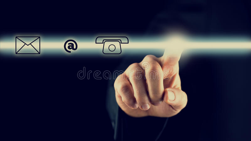 Homme activant une barre avec des icônes de contact image libre de droits