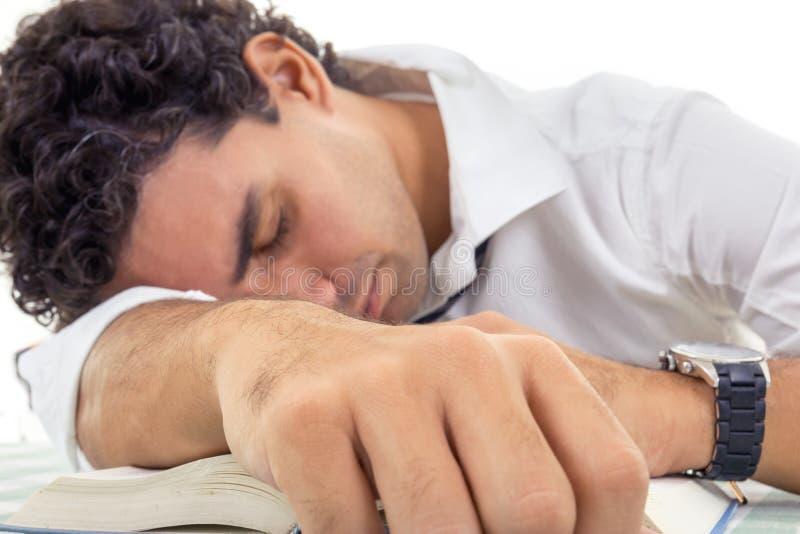 Homme adulte épuisé avec des verres dans la séance blanche de chemise et de lien image libre de droits