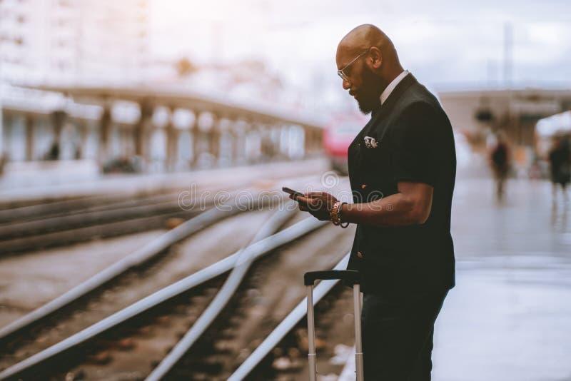 Homme adulte d'Afro attendant le train images libres de droits