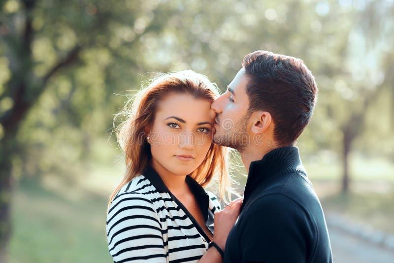 Homme affectueux protecteur embrassant l'amie sur le front images libres de droits
