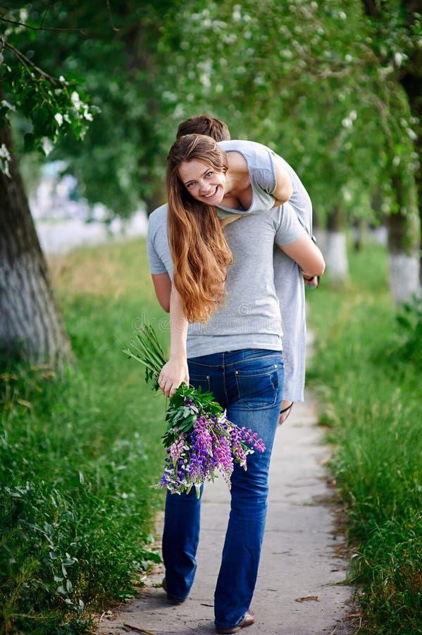 Homme affectueux tenant la femme sur son épaule photographie stock libre de droits