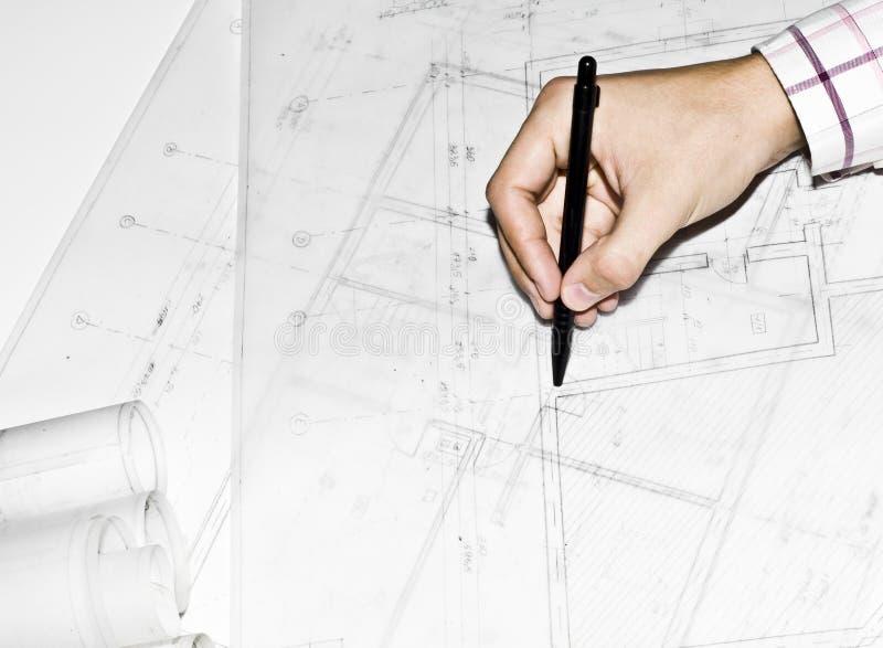 Homme affichant l'architecture, projet de conception de construction photos libres de droits