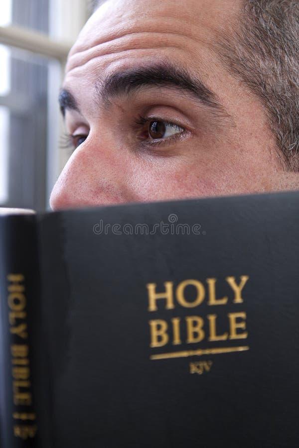 Homme affichant la bible sainte photo stock