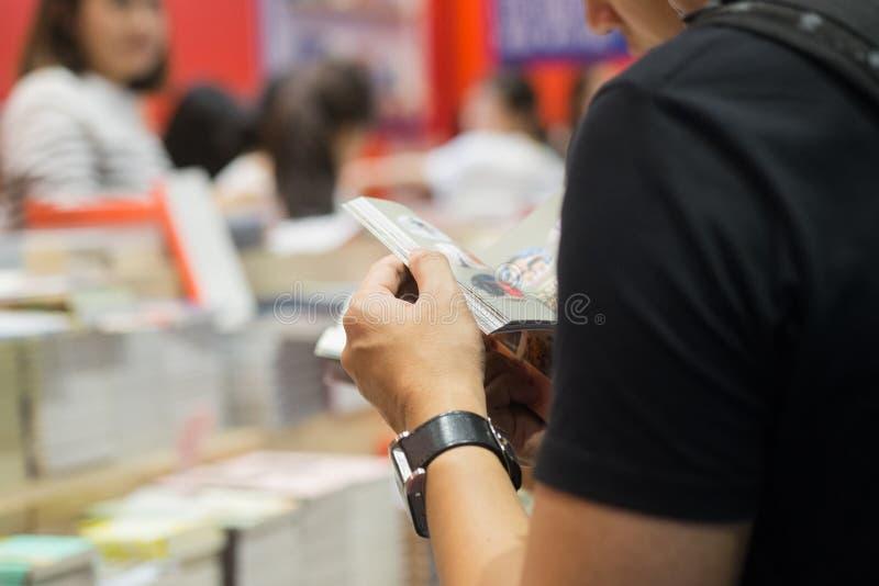 Homme affichant un livre image libre de droits