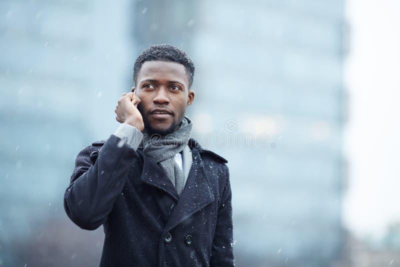 Homme africain bel au téléphone dans la rue images stock