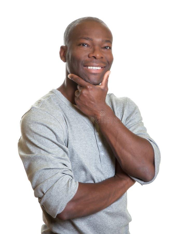 Homme africain bel riant de l'appareil-photo photo stock