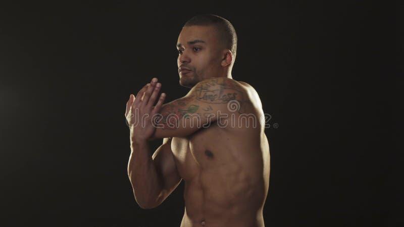 Homme africain bel sans chemise d'Atheltic réchauffant photo libre de droits