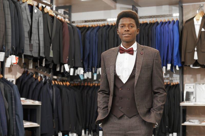 Homme africain dans la boutique portant dans le costume élégant image libre de droits