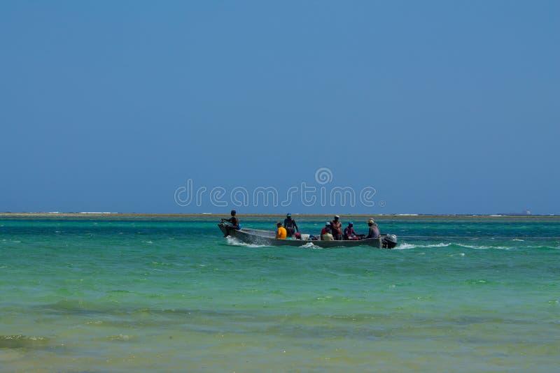 Homme africain de pêcheur sur le bateau photographie stock libre de droits