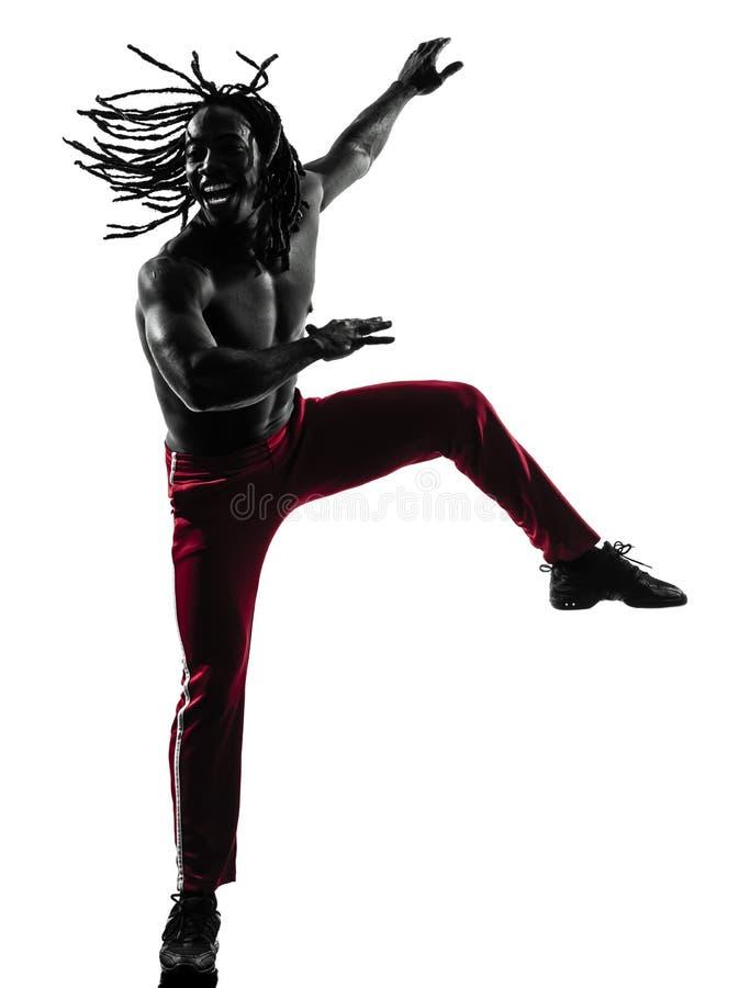 Homme africain exerçant la silhouette de danse de zumba de forme physique photos stock
