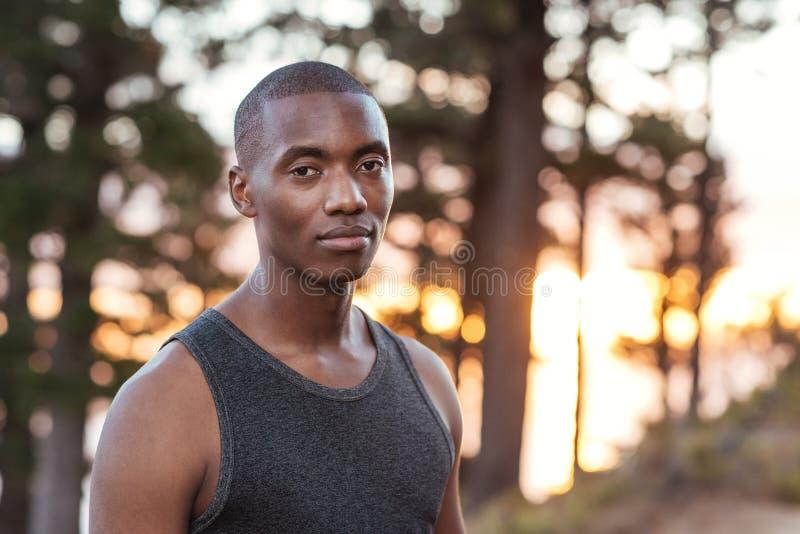 Homme africain focalisé se tenant sur une traînée tout en pulsant photos libres de droits