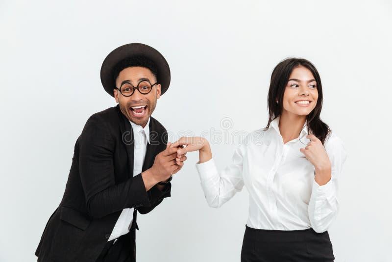 Homme africain heureux d'affaires tenant la main de sa femme de collègue photo libre de droits