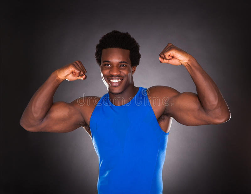 Homme africain montrant le muscle images stock
