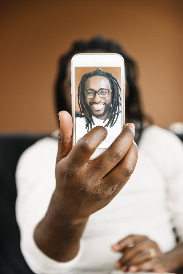 Homme africain prenant un selfie image stock