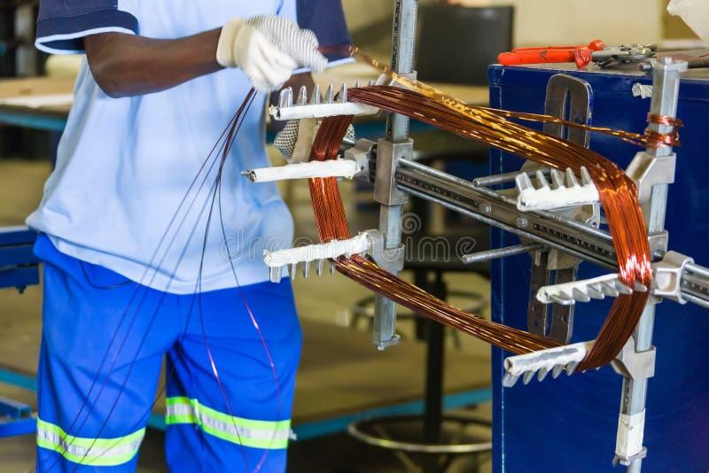 Homme africain rebobinant le moteur électrique photographie stock