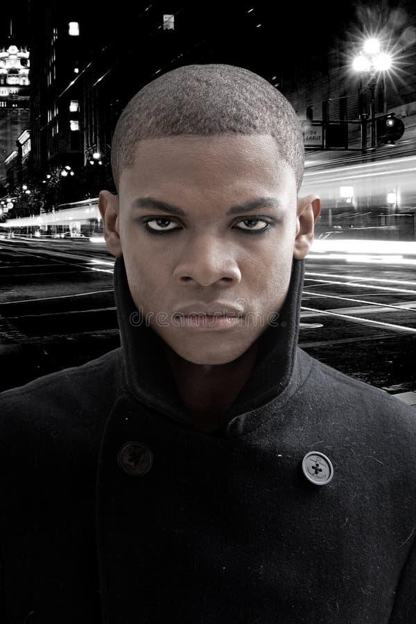 Homme africain sur la rue photographie stock