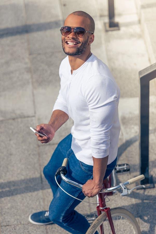 Homme afro-américain avec l'instrument photos stock