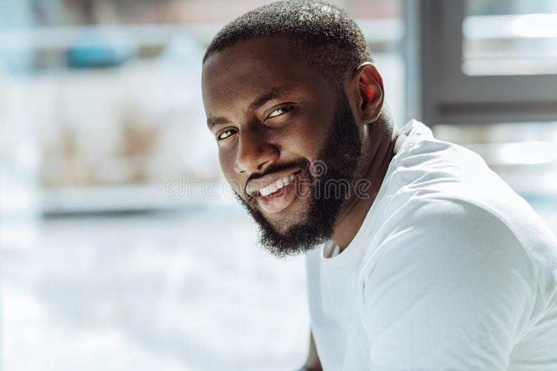 Homme afro-américain bel joyeux souriant devant l'appareil-photo photos libres de droits