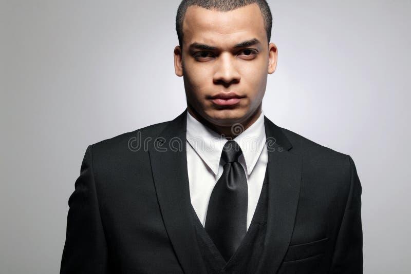 Homme afro-américain d'affaires dans le procès noir. images stock