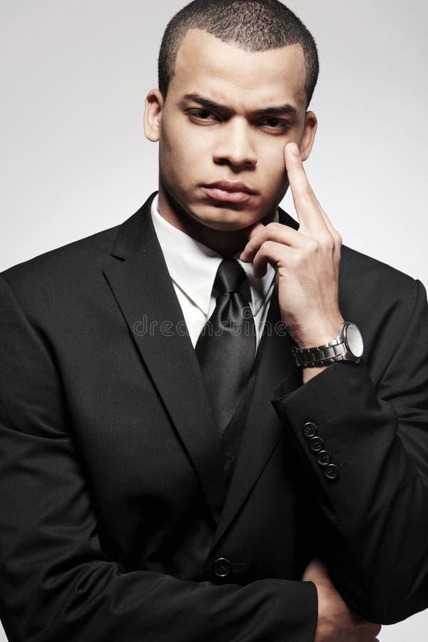 Homme afro-américain d'affaires dans le procès noir. photo libre de droits