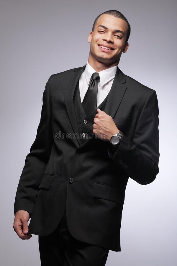 Homme afro-américain d'affaires dans le procès noir. photo stock