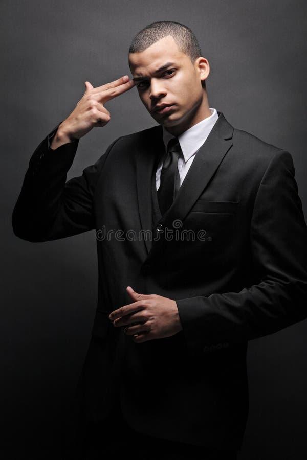 Homme afro-américain d'affaires dans le procès noir. photographie stock