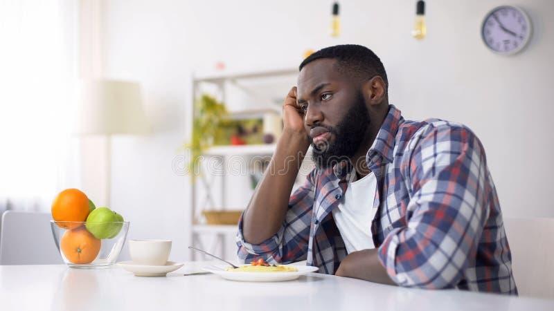 Homme afro-américain n'ayant aucun appétit, trouble de la nutrition, problème de dépression photos libres de droits