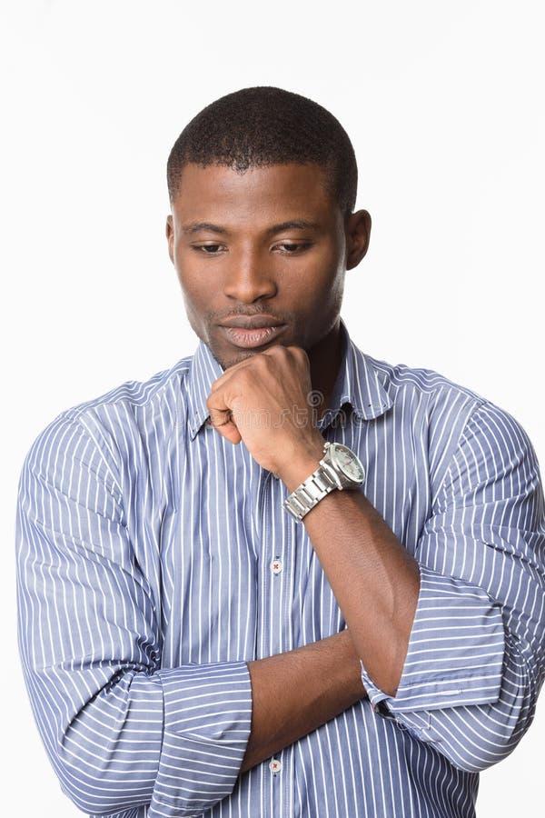 Homme afro-américain posant dans le studio image stock