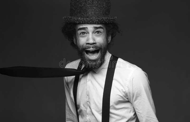Homme Afro génial devant un fond foncé photo stock