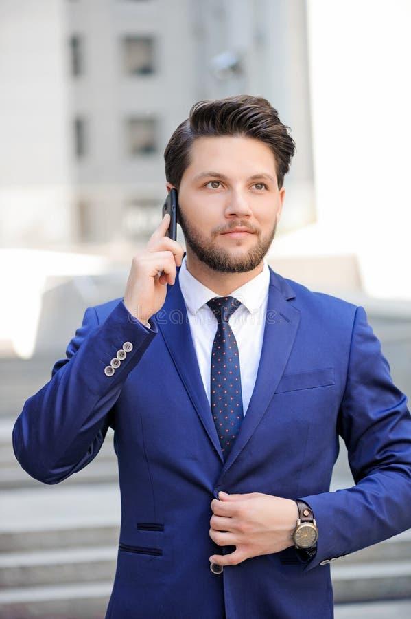 Download Homme Agréable Parlant Au Téléphone Portable Photo stock - Image du durée, effet: 56490698