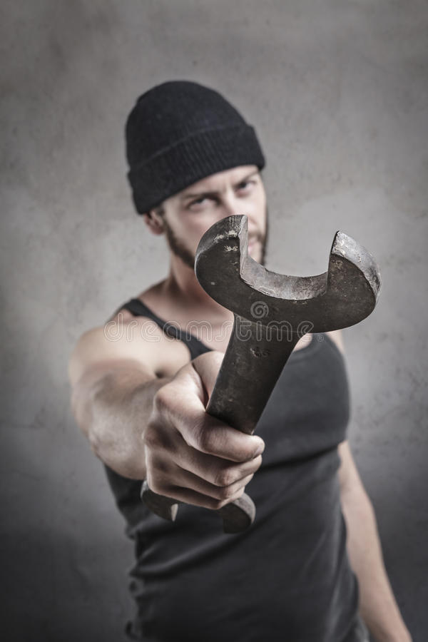 Homme agressif à l'aide d'une clé comme arme image libre de droits
