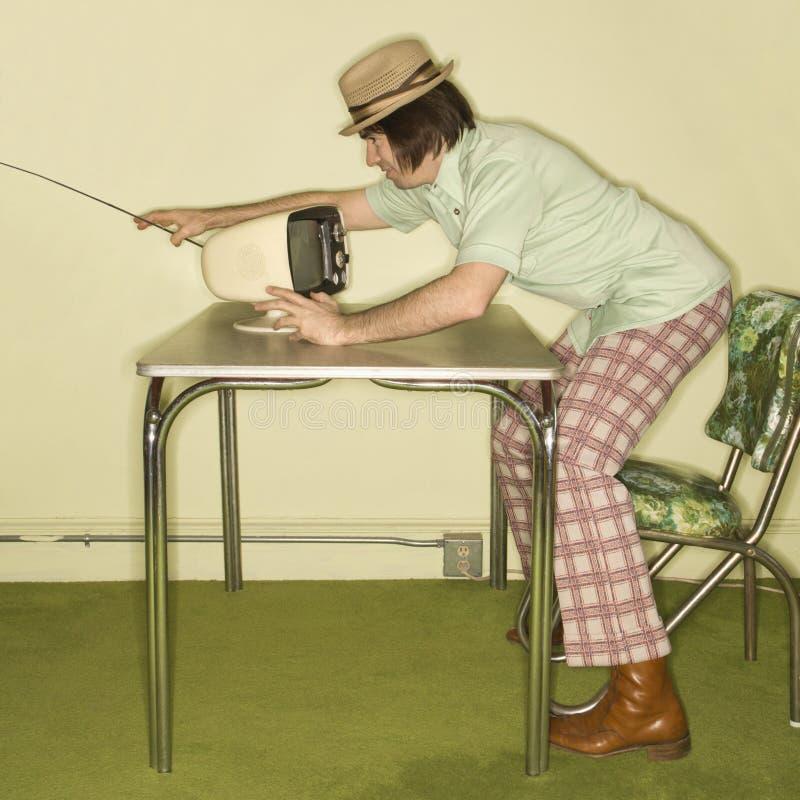 Homme ajustant dans la télévision. image libre de droits