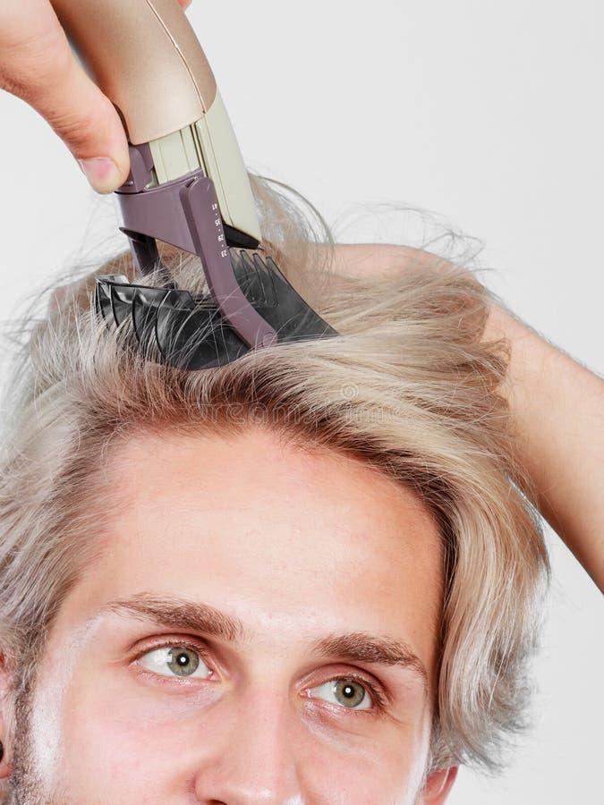 Homme allant raser ses longs cheveux photos libres de droits