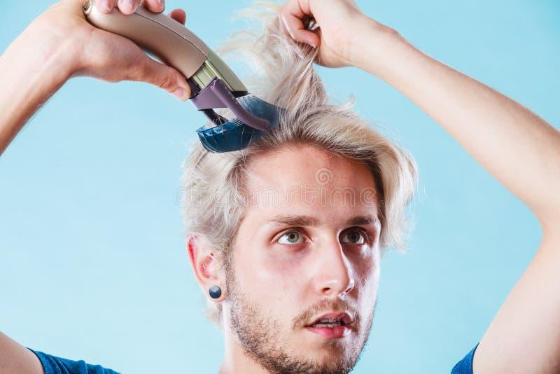 Homme allant raser ses longs cheveux photo libre de droits