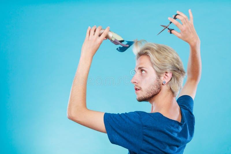 Homme allant raser ses longs cheveux images stock