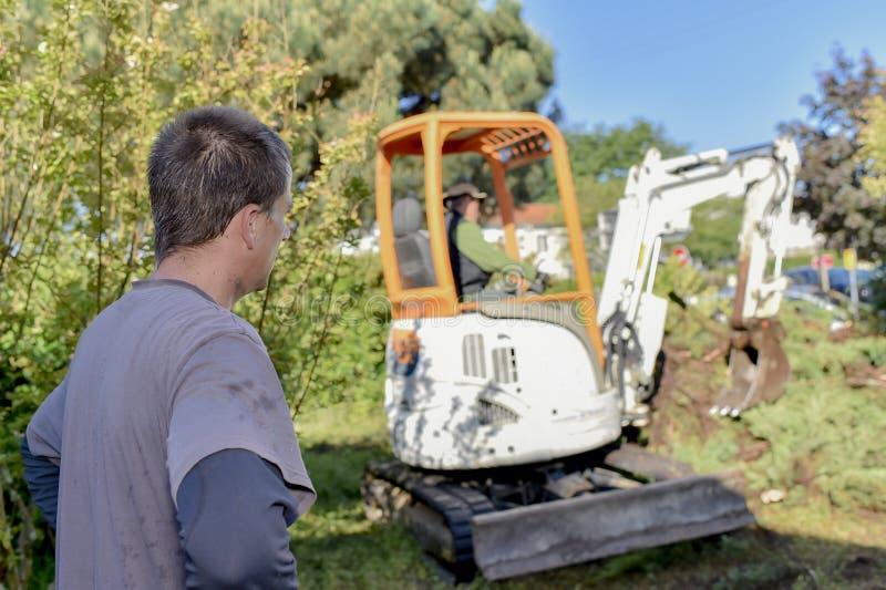Homme améliorant un jardin image libre de droits