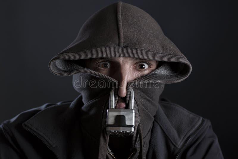 Homme amené faire taire et censure avec le cadenas et le capot image libre de droits