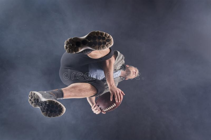 Homme, 48 années, jouant le rugby photographie stock