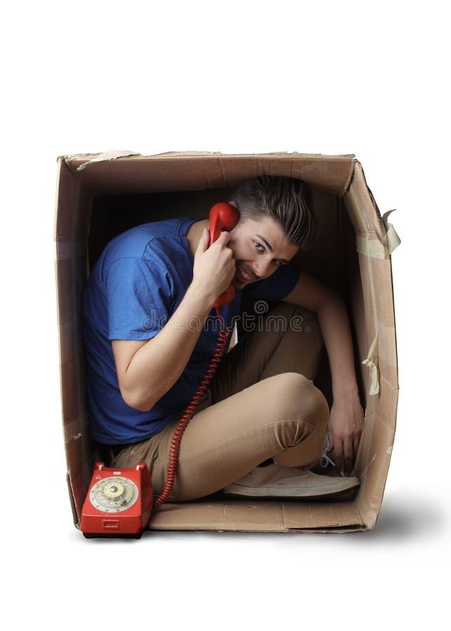 Homme appelant d'une boîte photos libres de droits