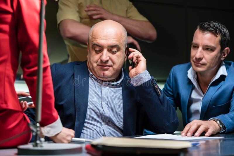 Homme appelle sa mandataire pour une interrogation à la police photo libre de droits