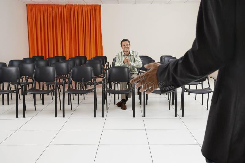Homme applaudissant dans la salle de conférence images libres de droits
